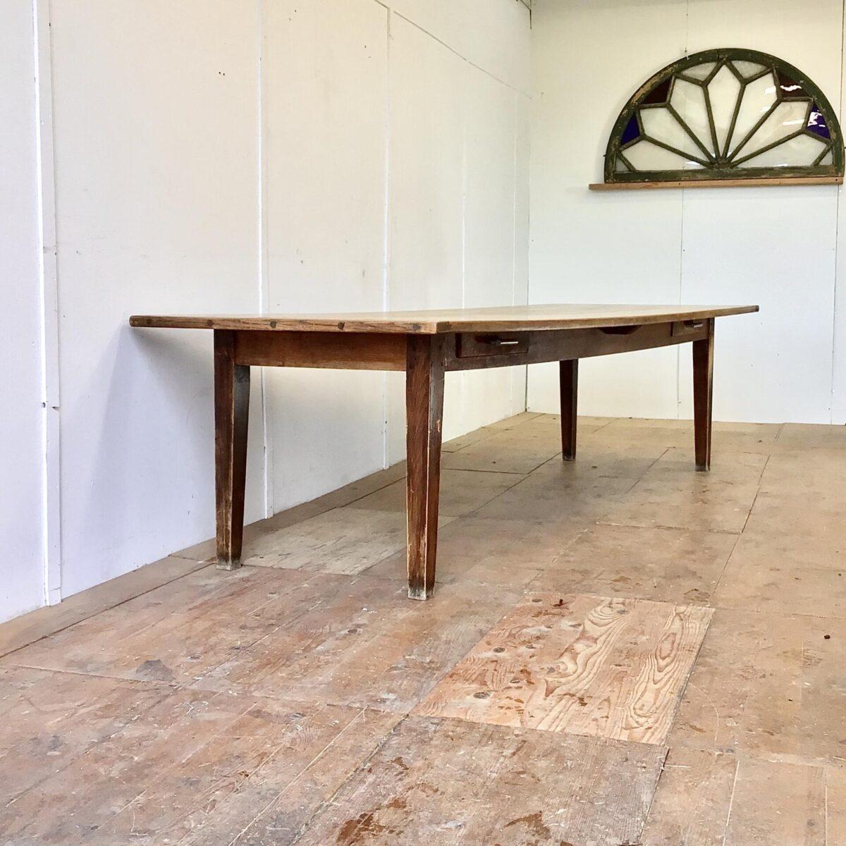 Deuxieme.shop Vintage Beizentisch. Grosser Biedermeier Esstisch aus Kirschbaum und Eichenholz. 305x99.5cm Höhe 75cm. Dieser Lange antike Holztisch hat zwei Besteck Schubladen, mit Aluminiumguss Griffen. Das Tischblatt ist aus Kirschbaum Vollholz, das Mittelbrett und die beiden Stirnseiten sind aus Eiche. Der Tisch bietet Platz für 12 Personen.