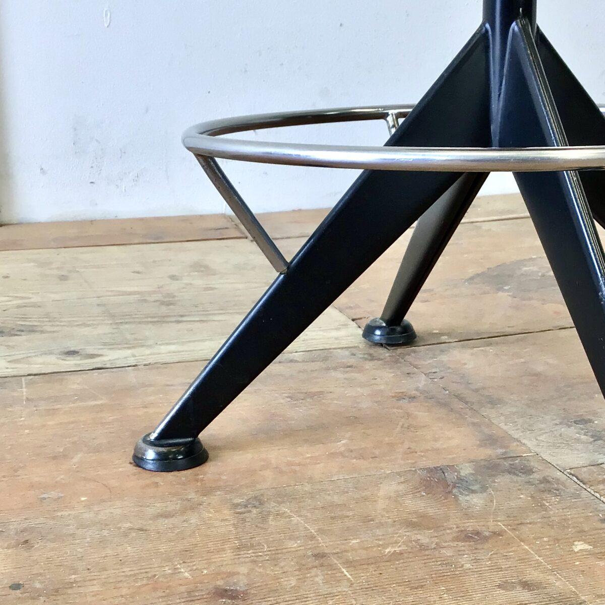 Vintage Barhocker höhenverstellbar von 55.5cm bis 73cm. Durchmesser der Sitzfläche 36.5cm. Dieser Drehstuhl kam ohne brauchbare Sitzfläche und Lehne zu uns. Wir haben, in aufwändiger Handarbeit, eine neue Lehne und Sitzfläche geschnitzt. Aus Nussbaum Vollholz, die Holzoberfläche ist mit Naturöl behandelt. Der Metall Unterbau ist schwarz lackiert und erinnert bisschen an Jean Prouvé von der formensprache. Die Optisch fast schwebende Fussstütze ist verchromt.