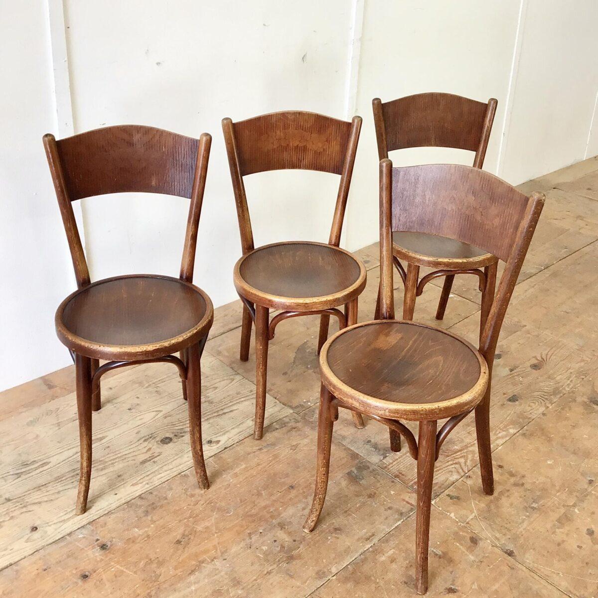 4er Set Bistrostühle von Thonet. Die Stühle sind in in stabilem überarbeiteten Zustand. Vorderbeine teilweise frisch eingeleimt. Warme Dunkelbraune Alterspatina.