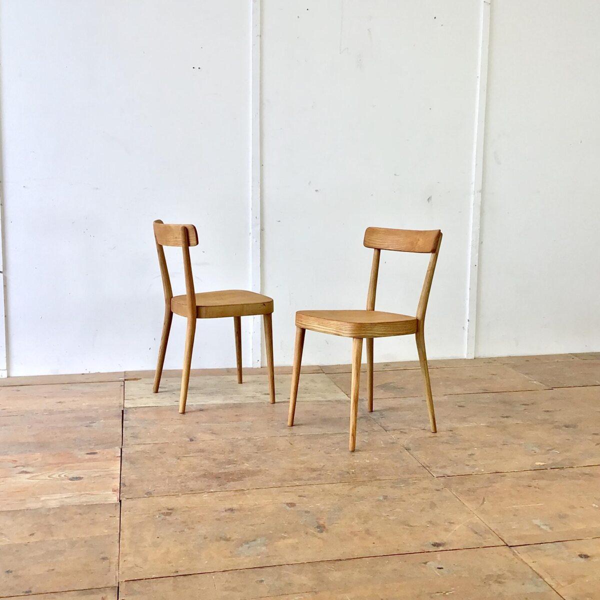 Deuxieme.shop designklassiker. Zwei horgenglarus Stühle von Max Moser aus Eschenholz. Die Stühle sind stabil, Vorderbeine teilweise frisch eingeleimt. Komplett geschliffen und Natur geölt. Warm-matte honiggelbe Ausstrahlung, mit Alterspatina.