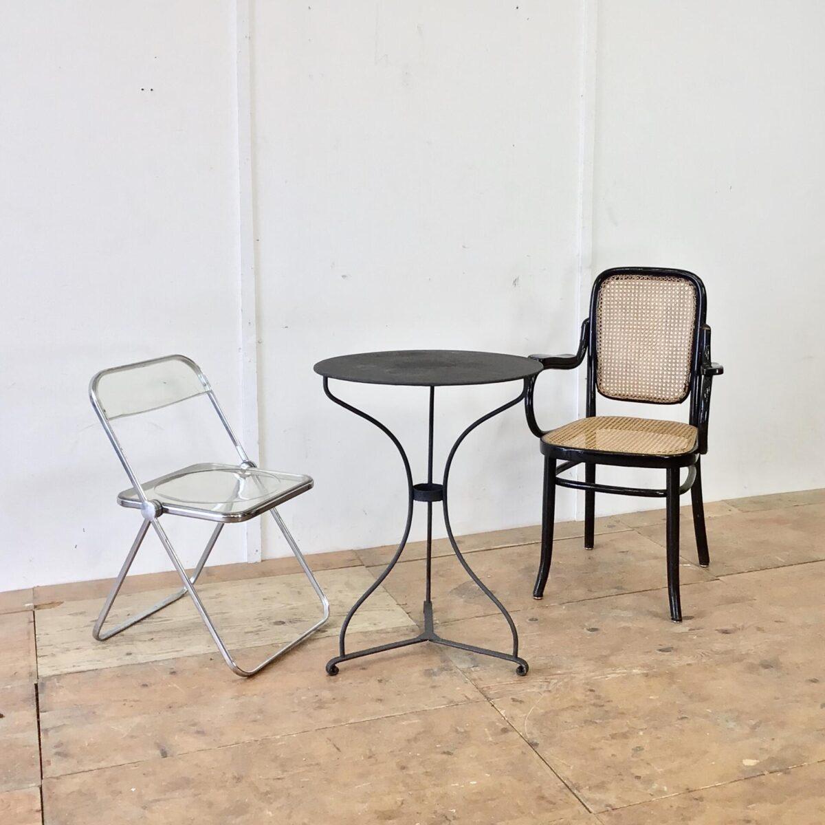 Antiker Jugendstil Gartentisch Durchmesser 60cm Höhe 76.5cm. Leicht unebene Tischoberfläche mit Blumentopf Rändern. Anthrazit farbig in gesundem Zustand, keine Durchrostung.