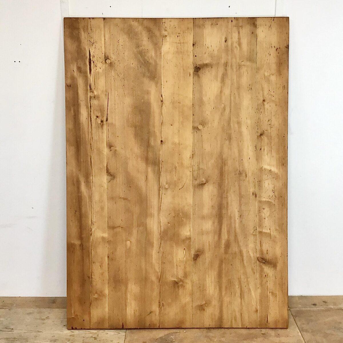 Biedermeiertisch aus Tannenholz 180x128.5cm Höhe 75.5cm. Dieser Esstisch hat ein seltenes Format, an der breiten Stirnseite finden 2 Personen Platz und somit insgesamt bis zu 10 Personen. Ähnlich einem Sitzungstisch oder der verschworenen Stammtisch Runde. Trotz den eher plump wirkenden fast quadratischen Massen wirkt der Tisch, Dank seinem feingliedrigen Unterbau sehr leicht. Das Tischblatt hat auf der Unterseite zwei Gratleisten, welche das Schwinden und Quellen des Tischblattes ermöglichen.