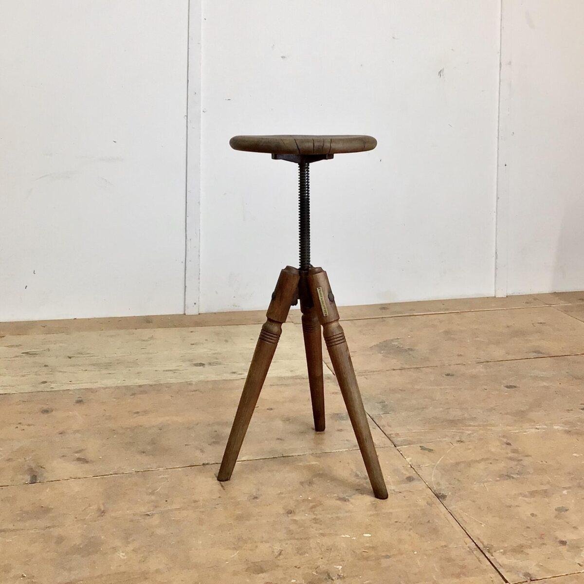 Alter Werkstatt Hocker höhenverstellbar von 47-70cm Durchmesser 31cm. Dieser Dreibein Stuhl hat eine schöne Industrie Patina, die höhenverstellbare Rändelschraube läuft sauber.