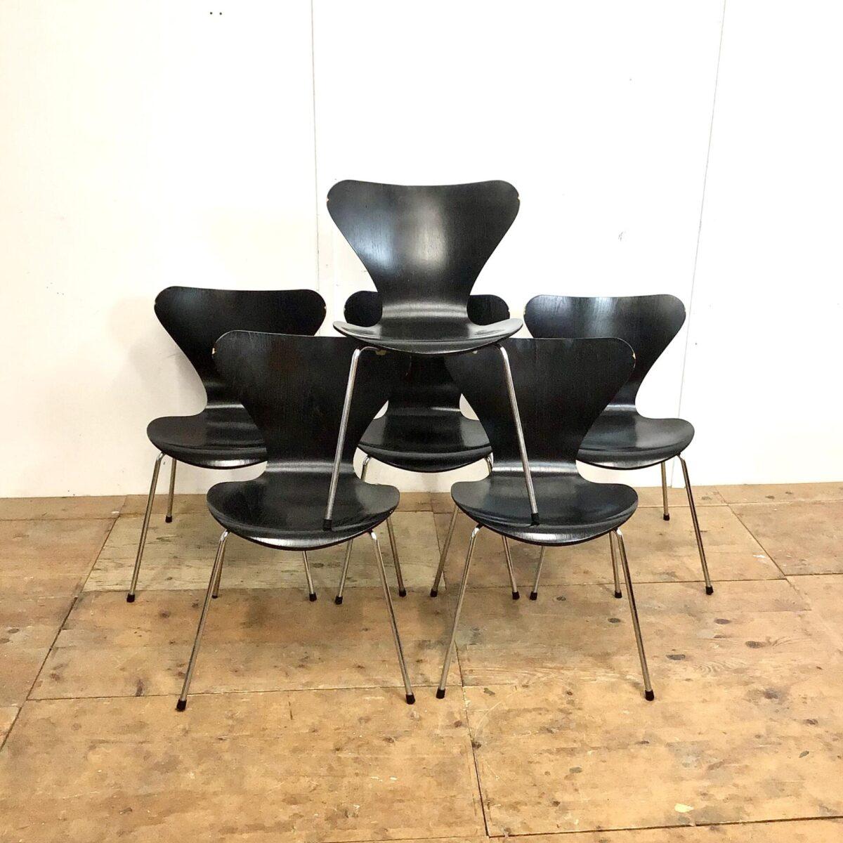 Deuxieme.shop Danish dinningchairs. 6 Arne Jacobsen Stühle von Fritz Hansen. Schwarze Esszimmer Stühle stapelbar, technisch in gutem Zustand. Die Lehnen haben oben kleinere Farb abplatzer, vom Kontakt mit der Tischkante. Der Serie 7 Stuhl ist ein bewährter weit verbreiteter Stapelstuhl. Welcher in Mensas oder als Saalbestuhlung eingesetzt wird. Aber auch im Privatgebrauch sehr bequem schlicht, und zeitlos im Design.