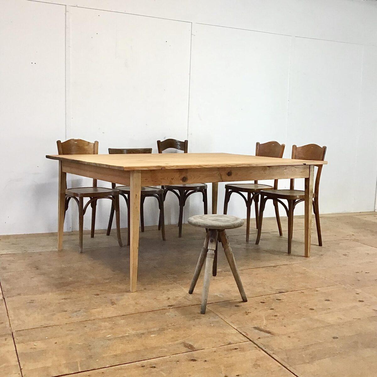Deuxieme.shop Beizentisch Biedermeiertisch aus Tannenholz 180x128.5cm Höhe 75.5cm. Dieser Esstisch hat ein seltenes Format, an der breiten Stirnseite finden 2 Personen Platz und somit insgesamt bis zu 10 Personen. Ähnlich einem Sitzungstisch oder der verschworenen Stammtisch Runde. Trotz den eher plump wirkenden fast quadratischen Massen wirkt der Tisch, Dank seinem feingliedrigen Unterbau sehr leicht. Das Tischblatt hat auf der Unterseite zwei Gratleisten, welche das Schwinden und Quellen des Tischblattes ermöglichen.