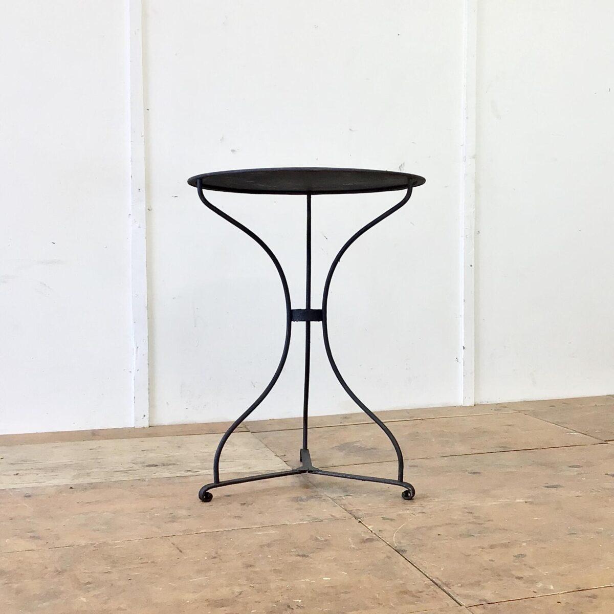 Deuxieme.shop vintage Gartentisch. Antiker Jugendstil Gartentisch Durchmesser 60cm Höhe 76.5cm. Leicht unebene Tischoberfläche mit Blumentopf Rändern. Anthrazit farbig in gesundem Zustand, keine Durchrostung.