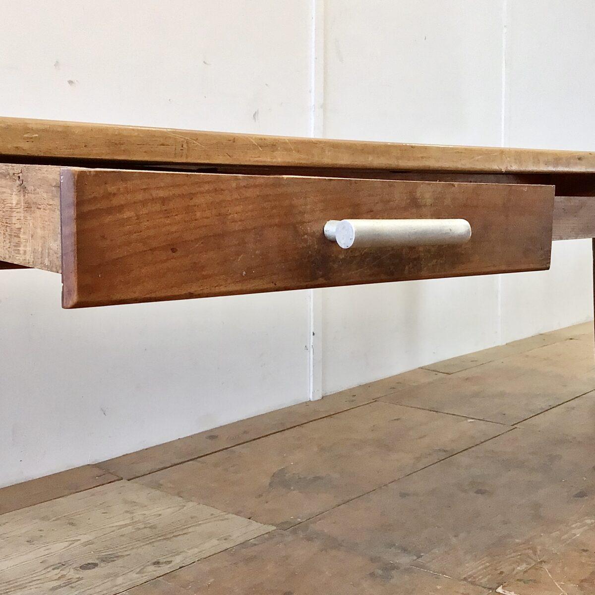 Grosser Biedermeier Esstisch aus Kirschbaum und Eichenholz. 305x99.5cm Höhe 75cm. Dieser Lange antike Holztisch hat zwei Besteck Schubladen, mit Aluminiumguss Griffen. Das Tischblatt ist aus Kirschbaum Vollholz, das Mittelbrett und die beiden Stirnseiten sind aus Eiche. Der Tisch bietet Platz für 12 Personen.