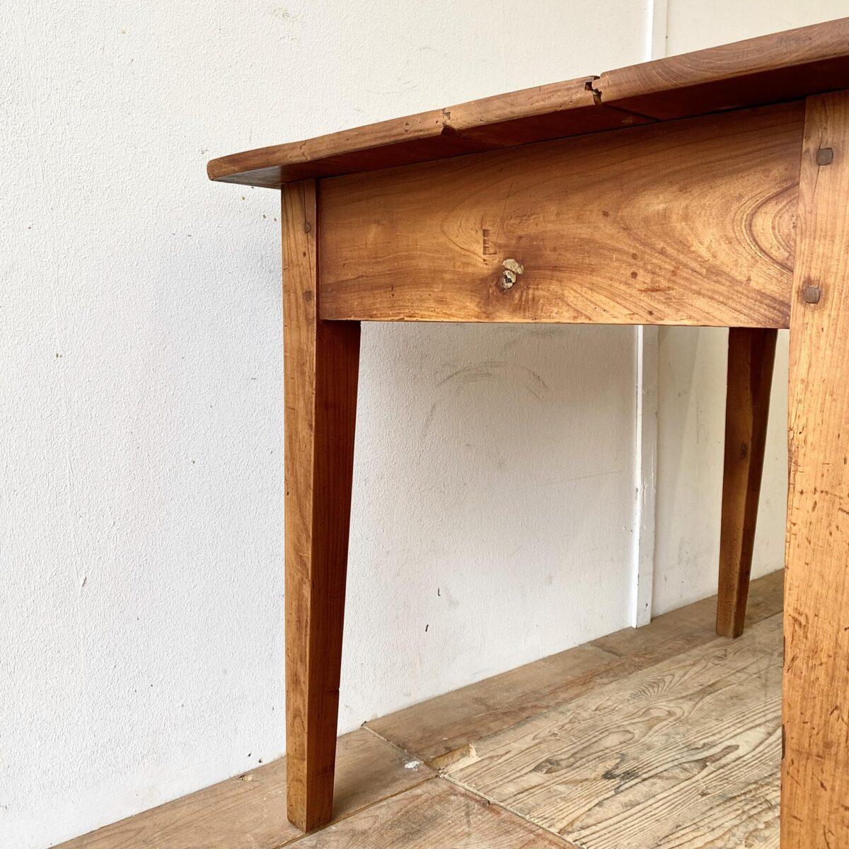 Alter Kirschbaum Biedermeiertisch mit Schublade. 115x70cm Höhe 73cm. Dieser Schreibtisch hat eine intensive rötliche Alterspatina. Schlichte geradlinige Form. Das Tischblatt hat ein paar Kratzer und Hicke. Aber alles in stabilem Alltagstauglichen Vintage Zustand.