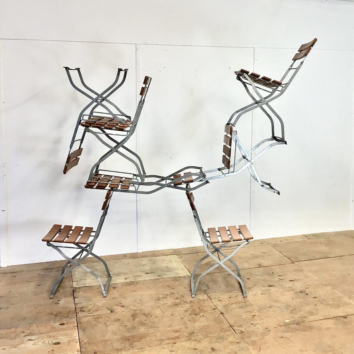 Deuxieme.shop Vintage Gartenstühle. 52 Biergartenstühle 10 stk. mit feuerverzinktem Gestell. Die Grünen sind 40.- pro Stück. Die Holzlatten sind teilweise an den Kanten leicht verwittert, das Holz ist jedoch gesund. Die Metallgestelle sind in gutem Zustand, auch das zusammen klappen funktioniert einwandfrei.