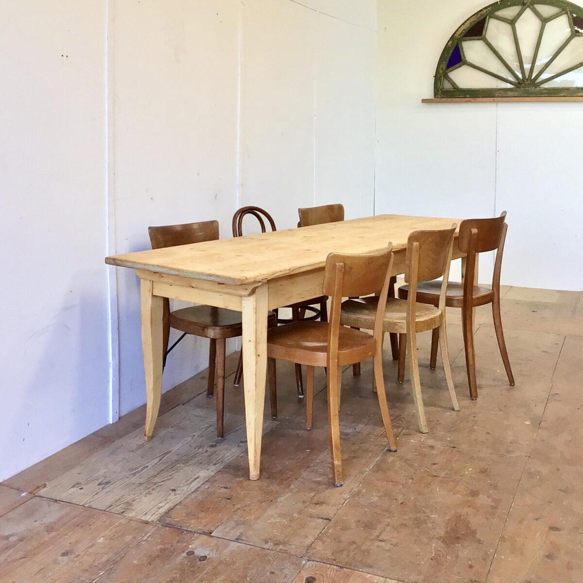 Deuxieme.shop Antiker Beizentisch vintage Tisch. Biedermeiertisch aus Tannenholz 210x70cm Höhe 75.5cm. Die leicht geschwungenen Tischbeine wurden mal bisschen angesetzt, die Beinfreiheit ist dafür gewährleistet. Der Esstisch ist überarbeitet und in stabilem Zustand. Holzoberflächen mit Naturöl behandelt. Das Tischblatt ist mittels Holzzapfen mit dem Unterbau verbunden.