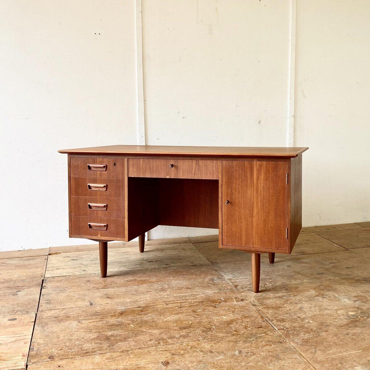 Vintage Teak Tisch 60er Jahre. Deuxieme.shop danish furniture. Midcentury Teak Schreibtisch 135x73cm Höhe 74cm. Dieser Tisch ist in gepflegtem guten Zustand. Zwei Schubladen und die Türe sind abschliessbar. Die Rückseite mit Tablar ist ebenfalls schön verarbeitet.