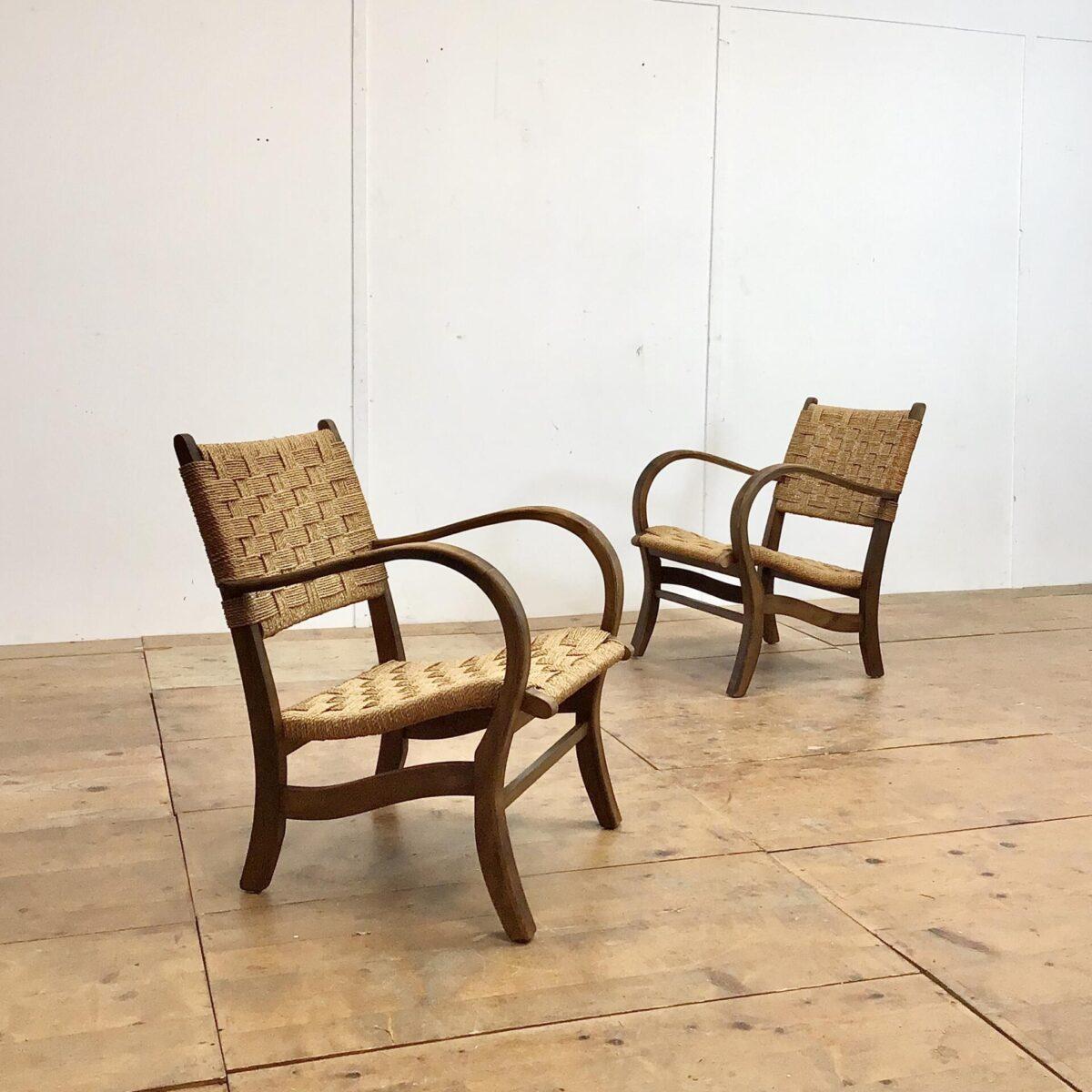 Deuxieme.sho midcentury Easy chairs Cocktail Sessel Zwei Wohnzimmer Sessel mit geflochtener Sitzfläche und Lehne. Breite 56cm tiefe 68cm Höhe 75cm. Das Holz Stuhlgestell, mit den Dampfgebogenen Armlehnen, hat eine dunkelbraune Alterspatina.