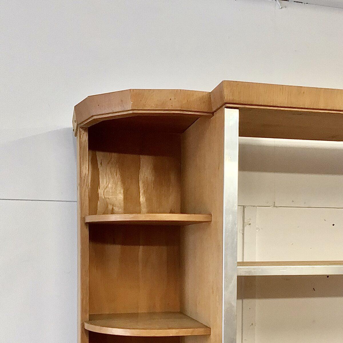 Eichen Schubladenmöbel mit Bäckerei Brotregal. Sideboard 232x50cm Höhe 60cm. Regal 230x40cm Höhe 164cm. Kommode mit Linoleum Deckblatt, schwarzem Sockel und 12 Schubladen. Regal mit Aluminium Kanten und höhenverstellbaren Holzrost Tablaren. Die untersten Tablare sind fix und haben ein herausnehmbarer Rost, um die Brotkrümel zu entleeren.