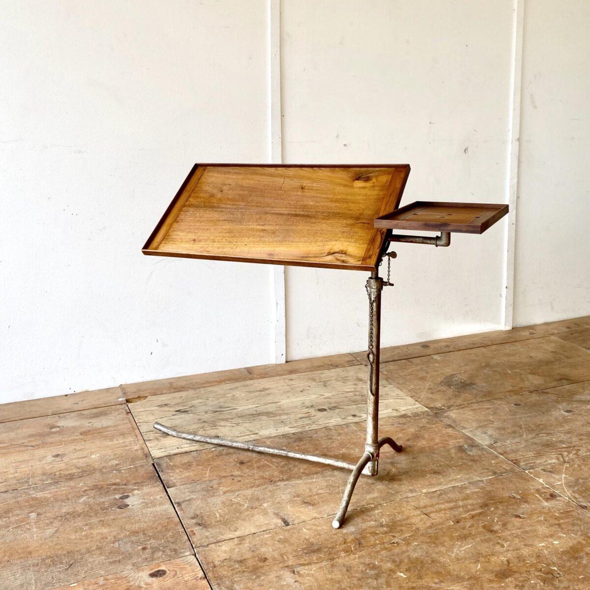 Vintage Lazarett Tisch deuxieme.shop industrial Tisch. Beistelltisch mit schöner Industrie Patina. 101x39cm höhenverstellbar von 79 bis 118cm. Dieser Tisch ist funktional sehr vielseitig einsetzbar, vom Stehpult über Spitalbett Tisch bis zum Notenständer. Auch lässt es sich gemütlich vom Sessel daran Arbeiten.