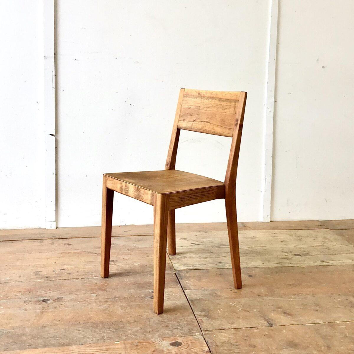 Deuxieme.shop Beizenstühle Einzelner Stapelstuhl 687 S von horgenglarus. Dieser Werkentwurf Aus den 50er Jahren, war wohl die Vorlage für den leicht abgeänderten Miro Stuhl von Hannes Wettstein. Der Stuhl ist komplett geschliffen und Natur geölt. Die schöne Alterspatina ist Original und dem Alter zuzuschreiben. Lehne und Hinterbeine sind aus Nussbaum, Sitzfläche und Vorderbeine tippe ich auf Ulmenholz.