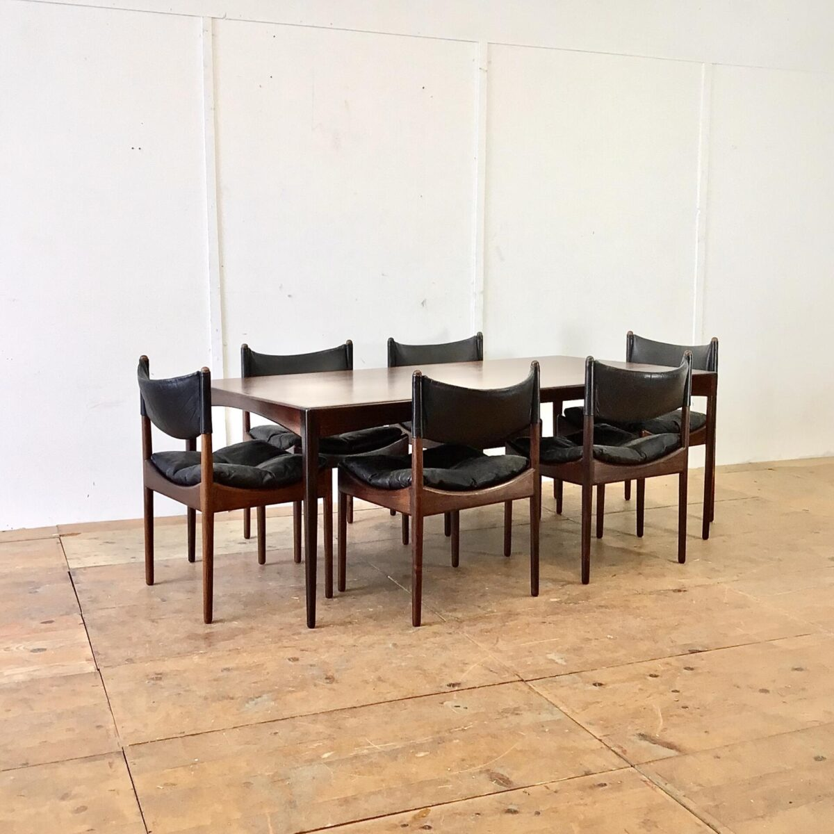 Deuxieme.shop midcentury Palisander Tisch. Dänisches Esszimmer Set aus der Modus Serie von Kristian Solmer Vedel, für Søren Willadsen 60er Jahre. Palisander Tisch 180x90cm Höhe 66cm. Mit 6 passenden Stühlen Sitzhöhe 42cm. Der Tisch ist im Vergleich zu anderen Tischen eher niedrig, in Kombination mit den Stühlen stimmt das Verhältnis und ist recht angenehm.