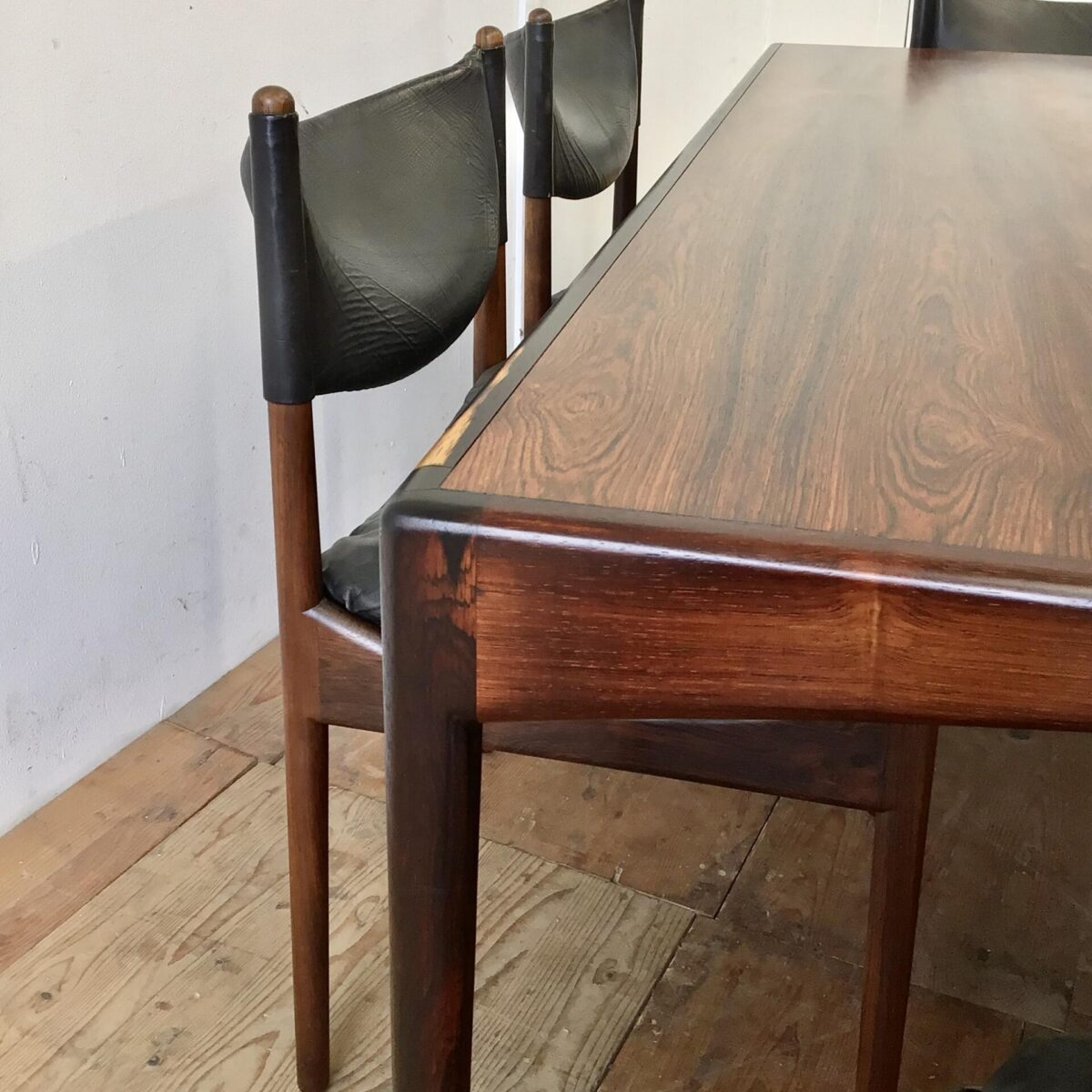 Dänisches Esszimmer Set aus der Modus Serie von Kristian Solmer Vedel, für Søren Willadsen 60er Jahre. Palisander Tisch 180x90cm Höhe 66cm. Mit 6 passenden Stühlen Sitzhöhe 42cm. Der Tisch ist im Vergleich zu anderen Tischen eher niedrig, in Kombination mit den Stühlen stimmt das Verhältnis und ist recht angenehm.