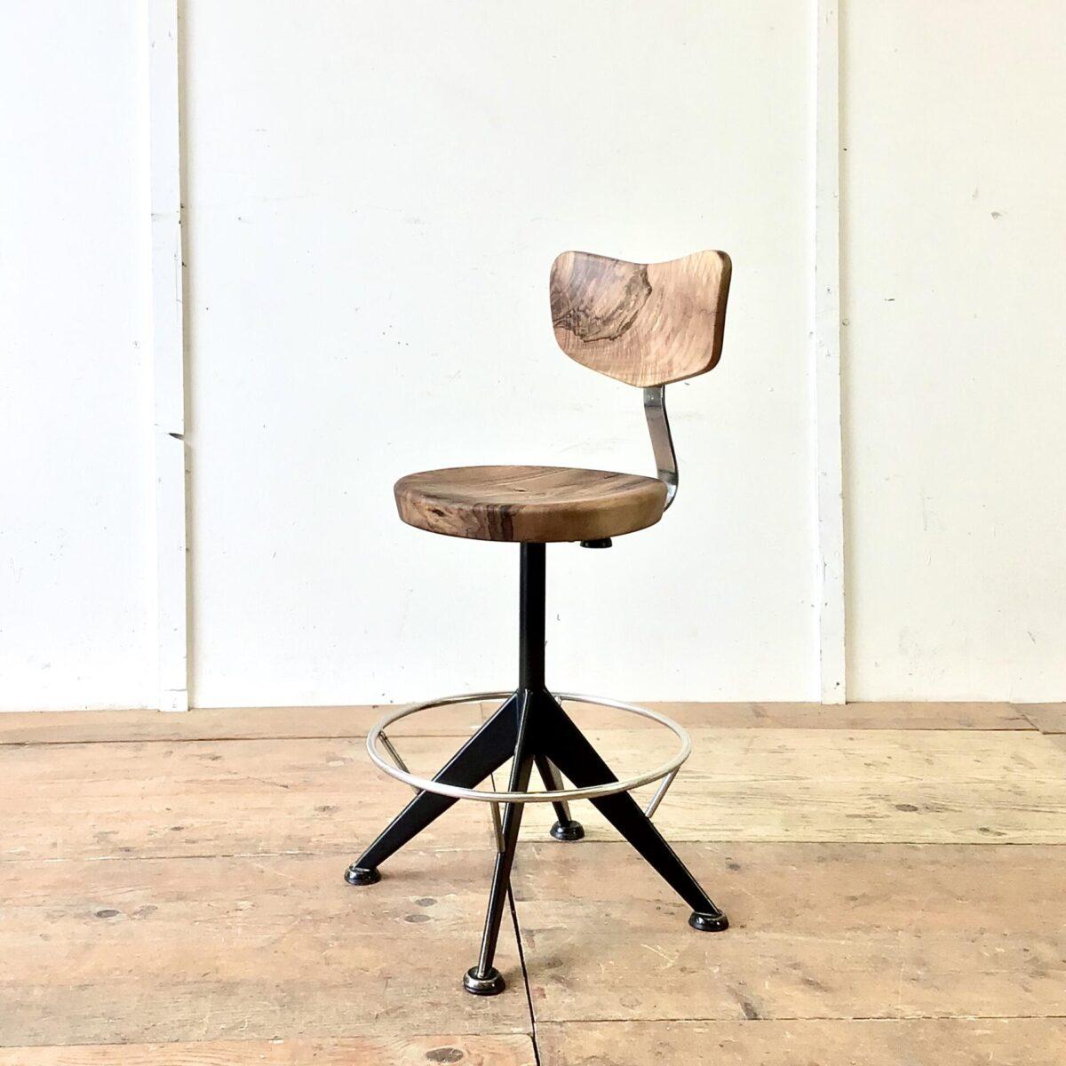 Deuxieme.shop Vintage Barhocker höhenverstellbar von 55.5cm bis 73cm. Durchmesser der Sitzfläche 36.5cm. Dieser Drehstuhl kam ohne brauchbare Sitzfläche und Lehne zu uns. Wir haben, in aufwändiger Handarbeit, eine neue Lehne und Sitzfläche geschnitzt. Aus Nussbaum Vollholz, die Holzoberfläche ist mit Naturöl behandelt. Der Metall Unterbau ist schwarz lackiert und erinnert bisschen an Jean Prouvé von der formensprache. Die Optisch fast schwebende Fussstütze ist verchromt.
