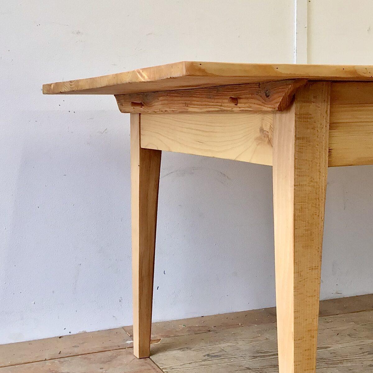 Grosser Tannenholz Biedermeiertisch mit Gratleisten. 270x93cm Höhe 75.5cm. Dieser lange Esstisch hat eine grosszügige tiefe im Vergleich zu anderen Biedermeiertischen aus der Zeit. Der Tisch ist frisch aufbereitet und stabil, die Holzoberfläche ist mit Naturöl behandelt. Das Tischblatt ist aufgelegt und mittels Holzzapfen mit dem Unterbau verbunden.