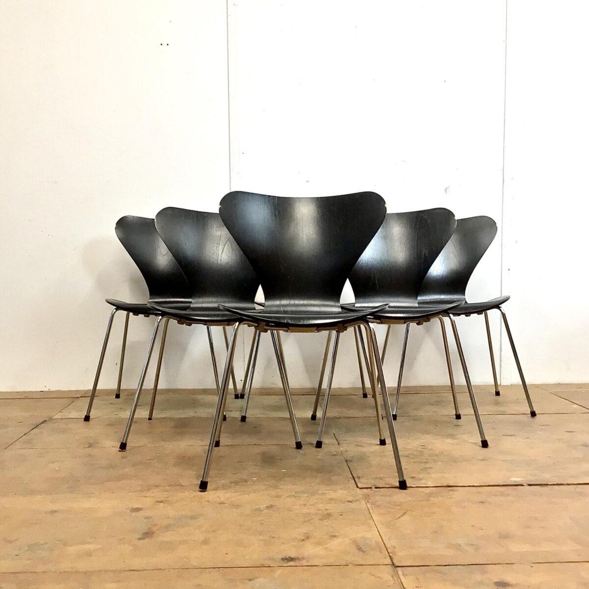 6 Arne Jacobsen Stühle von Fritz Hansen. Schwarze Esszimmer Stühle stapelbar, technisch in gutem Zustand. Die Lehnen haben oben kleinere Farb abplatzer, vom Kontakt mit der Tischkante. Der Serie 7 Stuhl ist ein bewährter weit verbreiteter Stapelstuhl. Welcher in Mensas oder als Saalbestuhlung eingesetzt wird. Aber auch im Privatgebrauch sehr bequem schlicht, und zeitlos im Design.