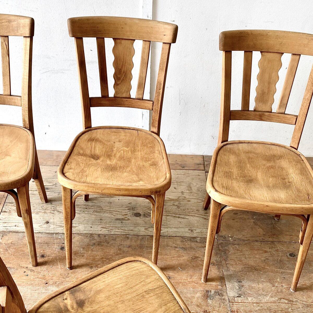 4er Set Bistrostühle von horgenglarus. Diese Stühle wurden mal geschliffen und geölt. Sie haben eine schöne warm-matte Farbe, und trotzdem noch etwas Alterspatina. Technisch sind sie in stabilem funktionalen Zustand.