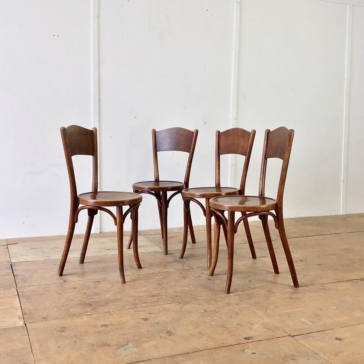 Deuxieme.shop Wiener Bugholz Stühle. 4er Set Bistrostühle von Thonet. Die Stühle sind in in stabilem überarbeiteten Zustand. Vorderbeine teilweise frisch eingeleimt. Warme Dunkelbraune Alterspatina.