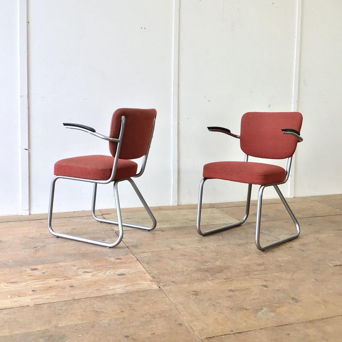 Deuxieme.shop Bauhaus Sessel. Zwei schöne Stühle von Jan Schröfer für Ahrend de Cirkel. Sitzhöhe ca. 47cm. Bequeme Armlehnstühle im Stile der Bauhaus Stahlrohrmöbel. Passend im Wohnzimmer, als Bürostuhl oder auch am Esstisch. In Gepflegtem gebrauchtem Vintage Zustand.