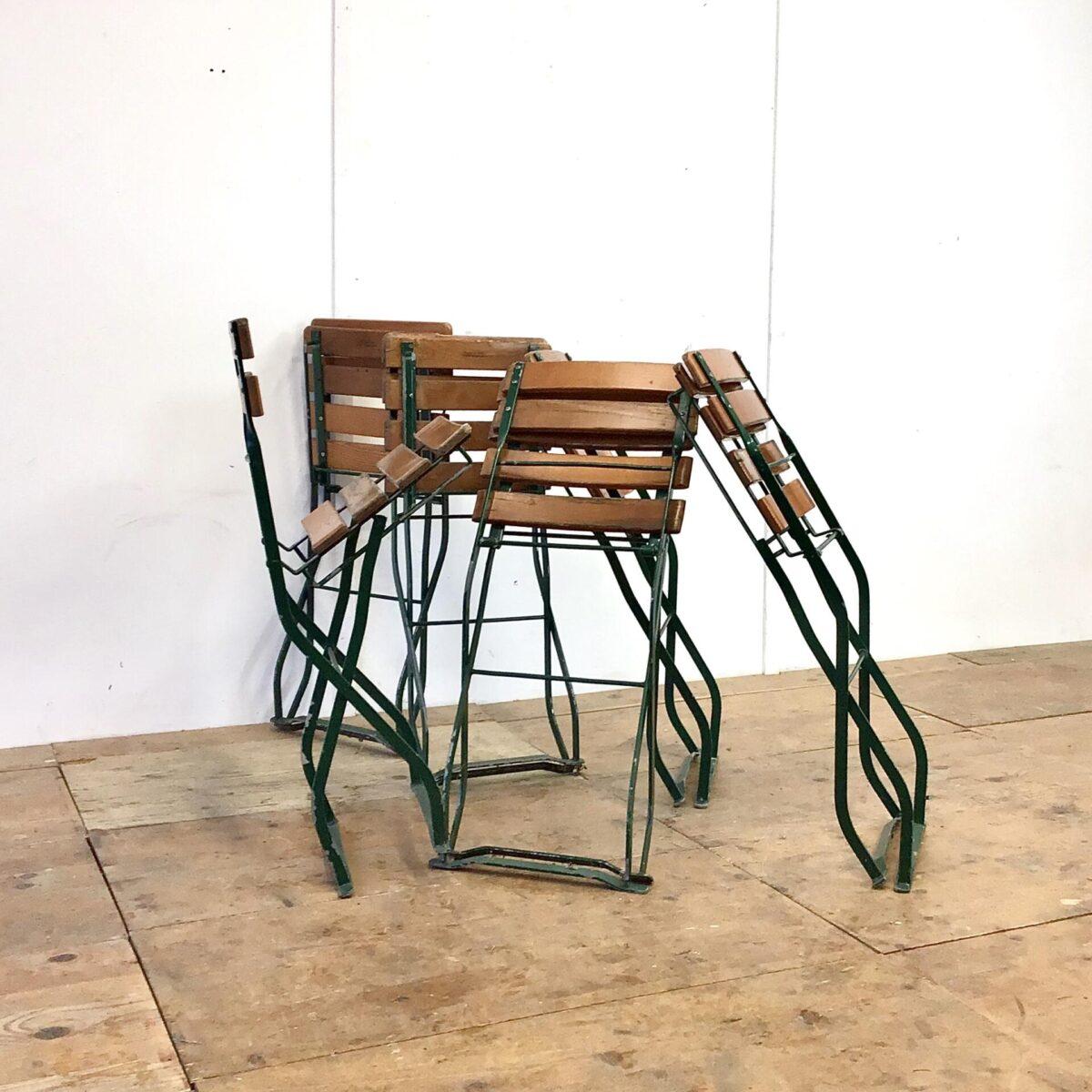 52 Biergartenstühle 10 stk. mit feuerverzinktem Gestell. Die Grünen sind 40.- pro Stück. Die Holzlatten sind teilweise an den Kanten leicht verwittert, das Holz ist jedoch gesund. Die Metallgestelle sind in gutem Zustand, auch das zusammen klappen funktioniert einwandfrei.