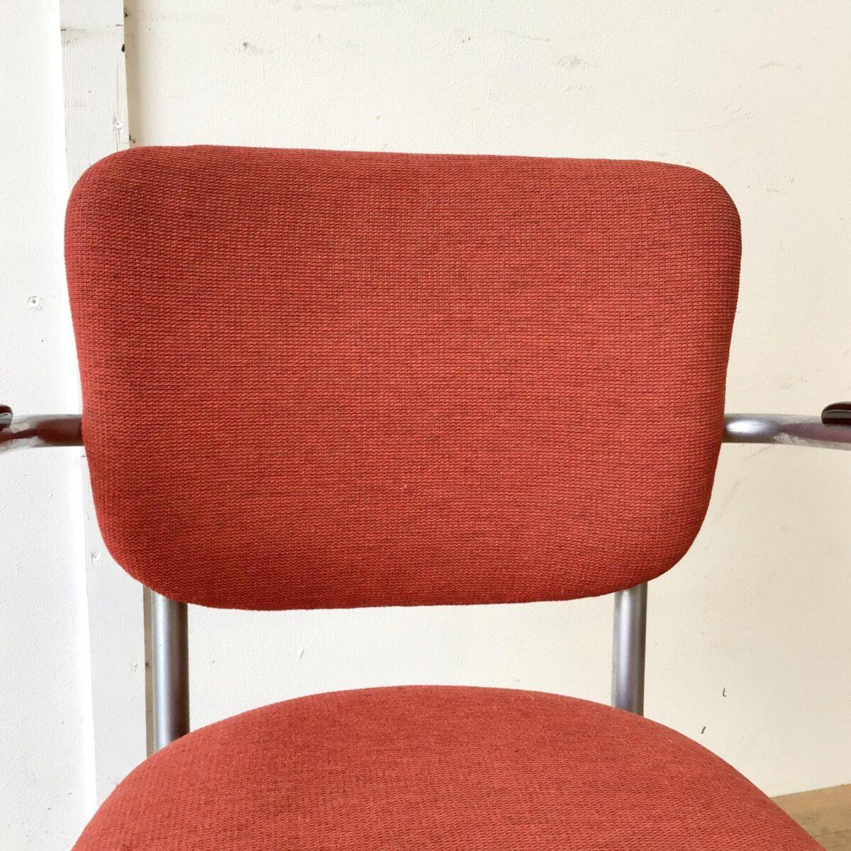 Zwei schöne Stühle von Jan Schröfer für Ahrend de Cirkel. Sitzhöhe ca. 47cm. Bequeme Armlehnstühle im Stile der Bauhaus Stahlrohrmöbel. Passend im Wohnzimmer, als Bürostuhl oder auch am Esstisch. In Gepflegtem gebrauchtem Vintage Zustand.