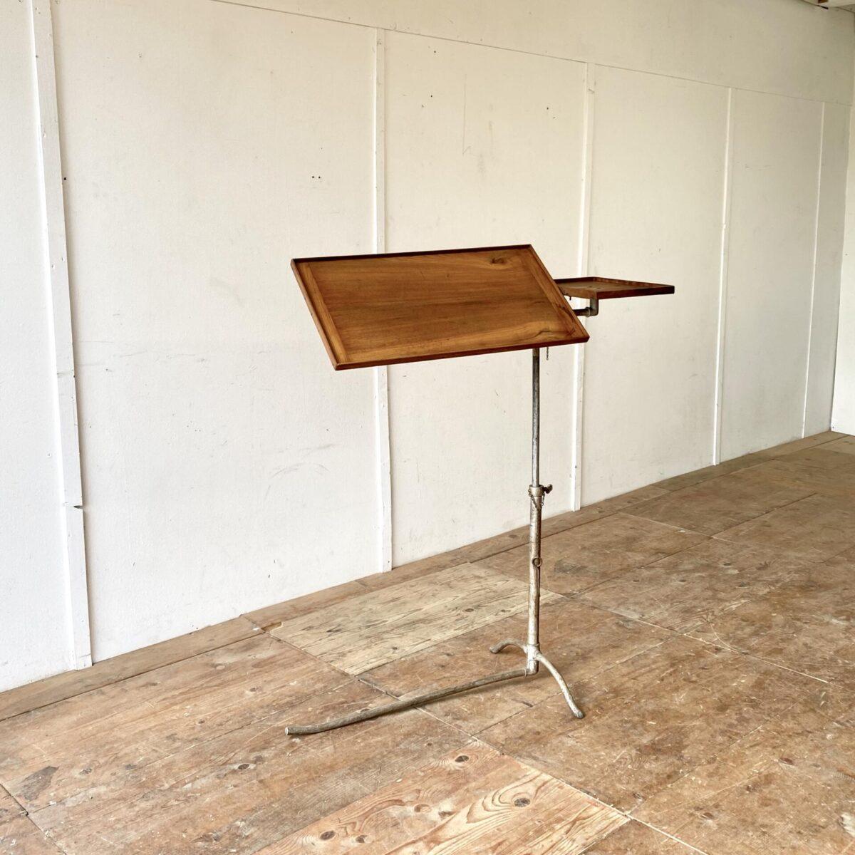 Beistelltisch mit schöner Industrie Patina. 101x39cm höhenverstellbar von 79 bis 118cm. Dieser Tisch ist funktional sehr vielseitig einsetzbar, vom Stehpult über Spitalbett Tisch bis zum Notenständer. Auch lässt es sich gemütlich vom Sessel daran Arbeiten.