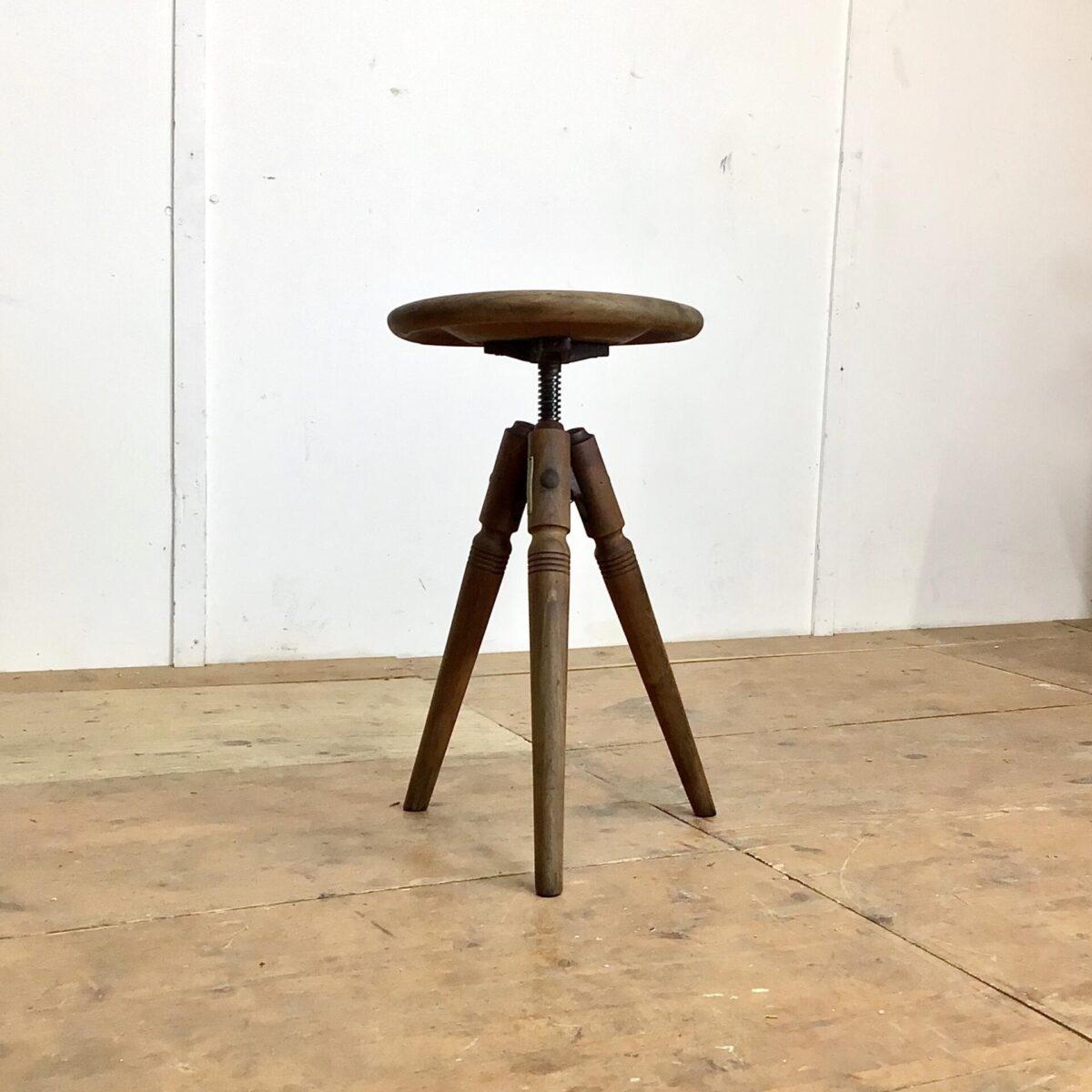 Deuxieme.shop industrial vintage Chair. Alter Werkstatt Hocker höhenverstellbar von 47-70cm Durchmesser 31cm. Dieser Dreibein Stuhl hat eine schöne Industrie Patina, die höhenverstellbare Rändelschraube läuft sauber.