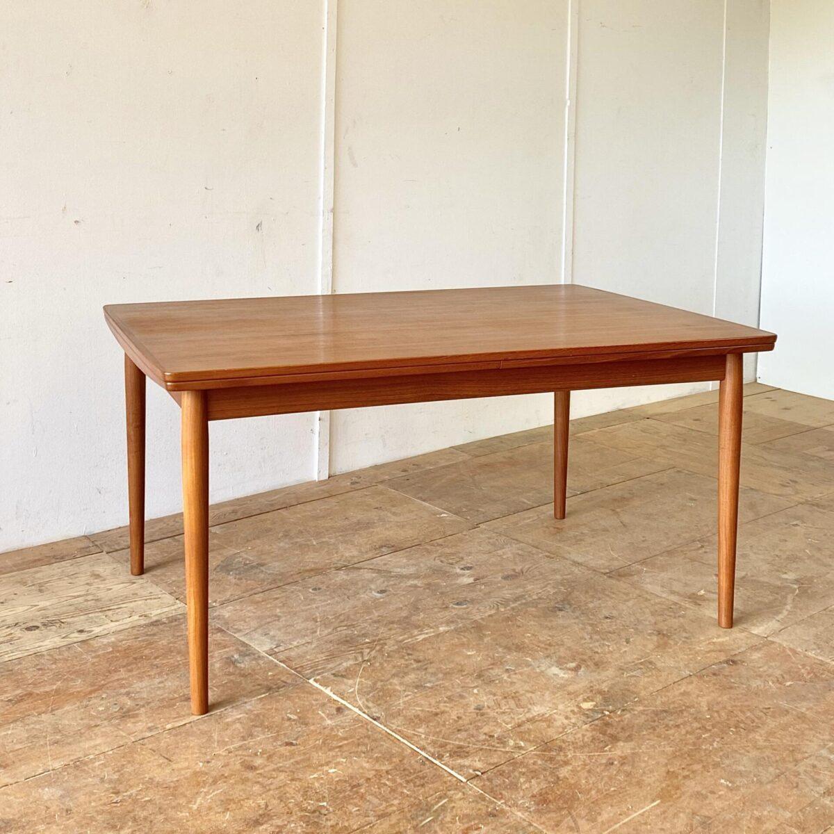Midcentury Teak Auszugtisch 150x100cm Höhe 73.5cm. Ausgezogen 296x100cm. Schlichte leicht geschwungene Grundform, mit runden konischen Beinen. Die Auszugplatten haben einen leichten Farbunterschied im Vergleich zur Mittelplatte, und auch ein etwas lebhafteres Furnier. Ansonsten ist der Tisch in gepflegtem, stabilen Zustand.