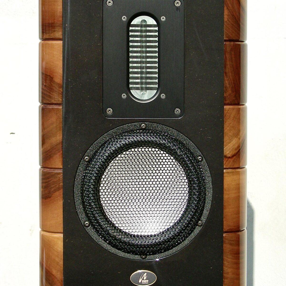 Wir freuen uns Ihnen eine limitierte Auflage (5 Paare) Lautsprecher der Firma Wave Control präsentieren zu können. Die Firma Wave Control ist eine kleine Schweizer Lautsprecher-Manufaktur in Wetzikon. Die Massivholz Lautsprecher, Chetaah, gibt es in Kirschbaum Ausführung. 35x43cm Höhe 101cm. Frequenzgang: 42Hz-20kHz Impedanz: 8 Ohm. Umfassendere Produkt Details sind gerne auf Anfrage vorhanden. Oder auch direkt bei der Firma Wave Control erhältlich.