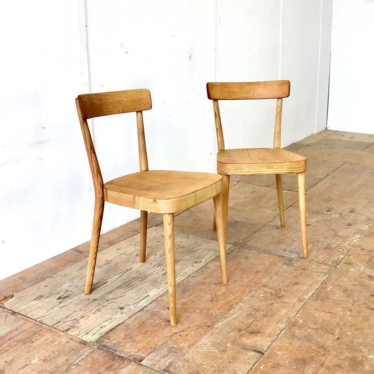 Zwei horgenglarus Stühle von Max Moser aus Eschenholz. Die Stühle sind stabil, Vorderbeine teilweise frisch eingeleimt. Komplett geschliffen und Natur geölt. Warm-matte honiggelbe Ausstrahlung, mit Alterspatina.