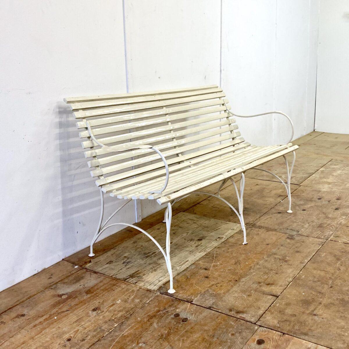 Antiker Jugendstil Gartenbank mit Armlehnen. Creme Weiss. 144x68cm gesamt Höhe 86cm. Die Sitzbank ist in gutem stabilen Vintage Zustand. Der Gartentisch ist ebenfalls verfügbar.
