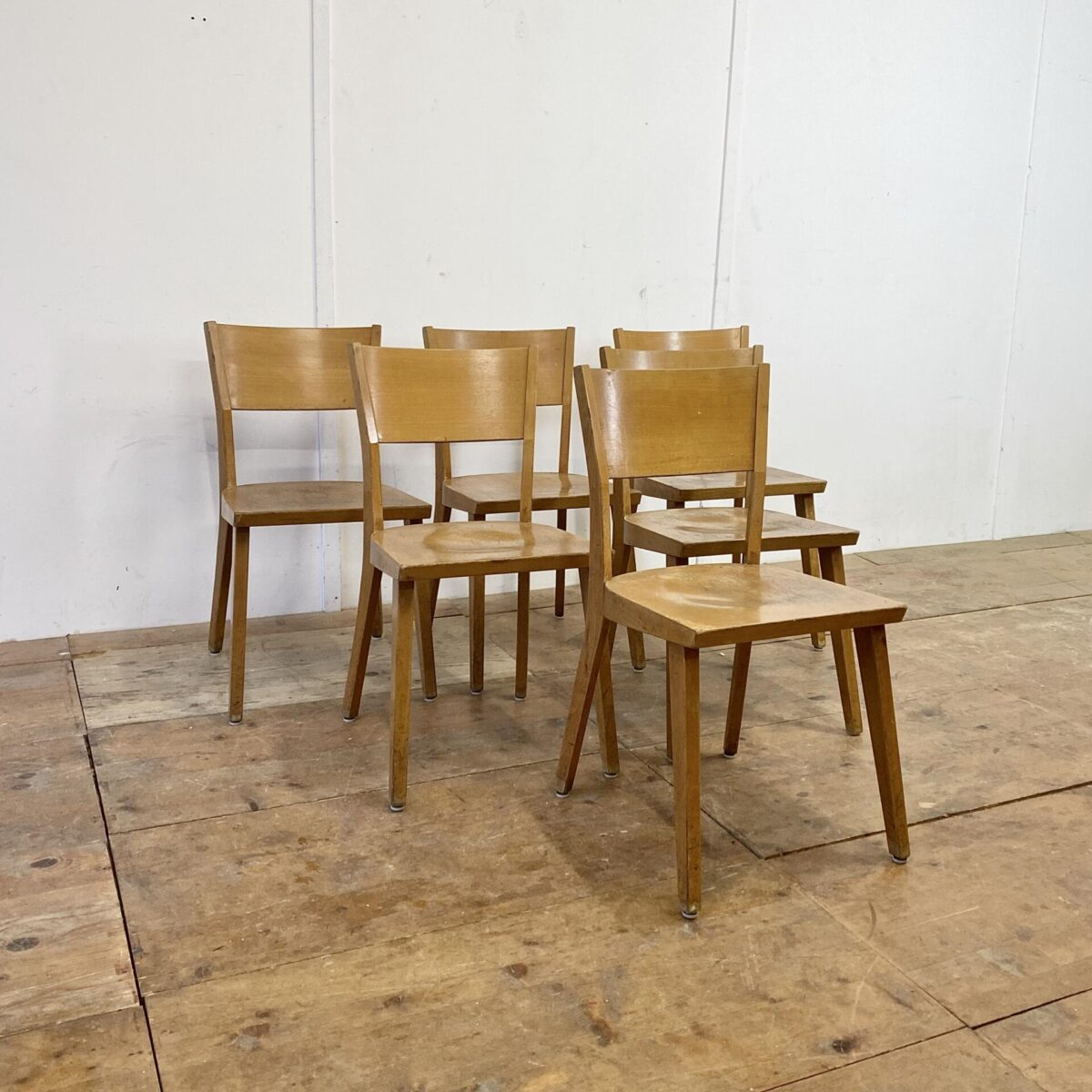 6er Set Beizenstühle. Diese Esszimmer Stühle mit Alterspatina, sind in stabilem guten Vintage Zustand. Mir gefallen die geradlinigen, kantigen Formen.