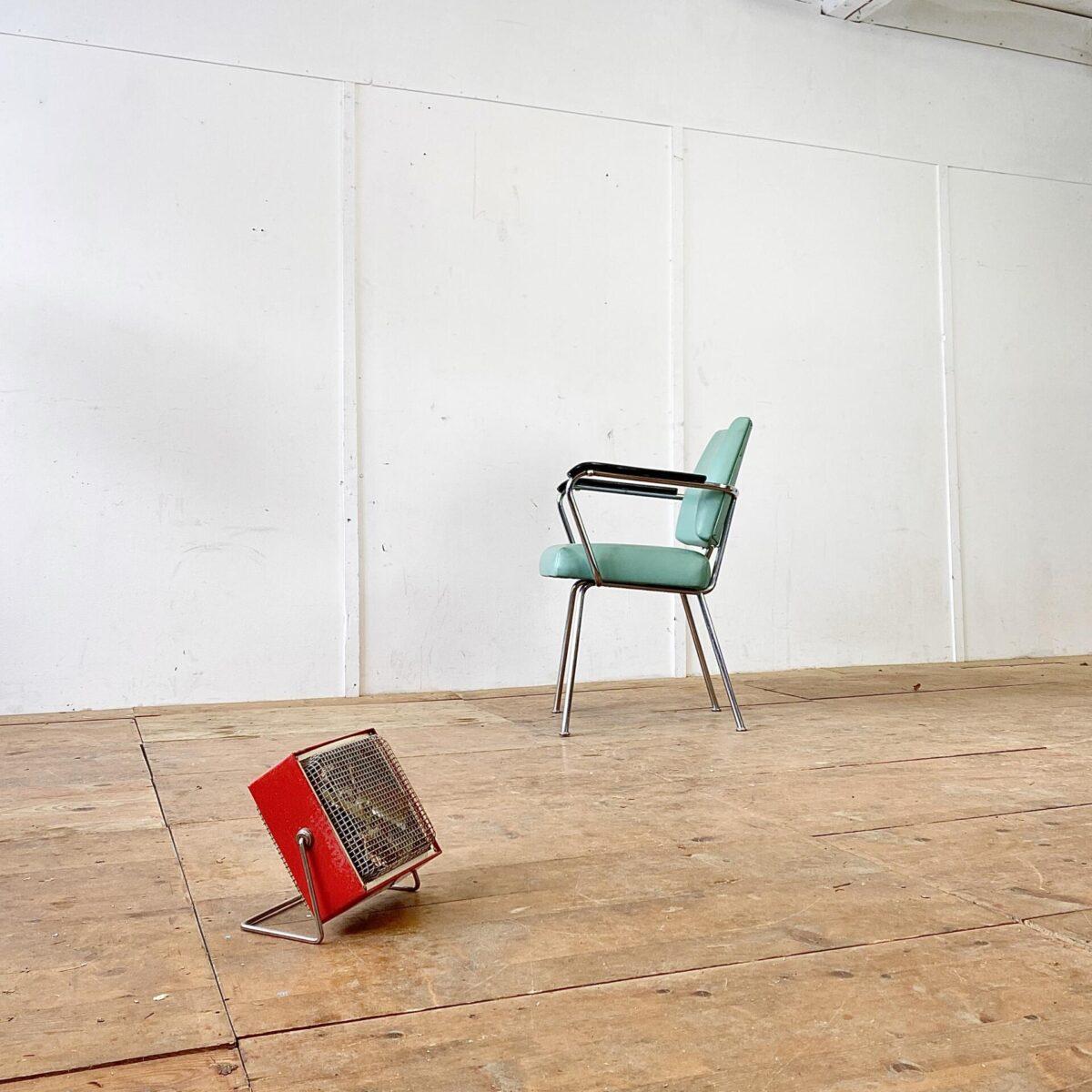 Deuxieme.shop Bauhaus Cocktail Sessel Alter Coiffeur Stuhl mit Armlehnen. Metall Gestell verchromt, Sitzfläche und Lehne aus Leder. Die Armlehnen sind aus schwarzem Kunststoff. Der Armlehnstuhl hat eine normale Esszimmer Sitzhöhe. Eignet sich von der Optik aber auch als Sessel im Wohnzimmer. Gebrauchter Vintage Zustand gemäss Bildern, keine Defekte wie Löcher oder Risse.