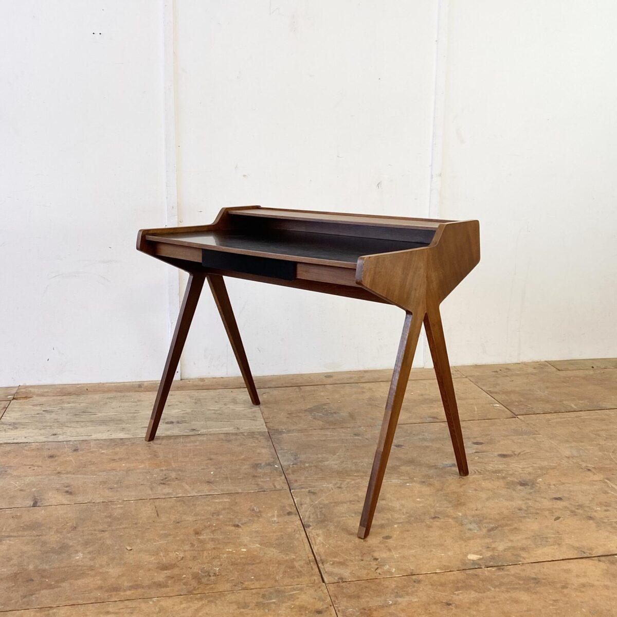 Deuxieme.shop Vintage Nussbaum Schreibtisch. 105x60cm Tischhöhe 75cm. Die Tischfläche und die Schubladen Front ist mit schwarzem Kunstharz (Kelko) Beschichtet. Diverse Furnier Ausbrüche frisch eingesetzt.