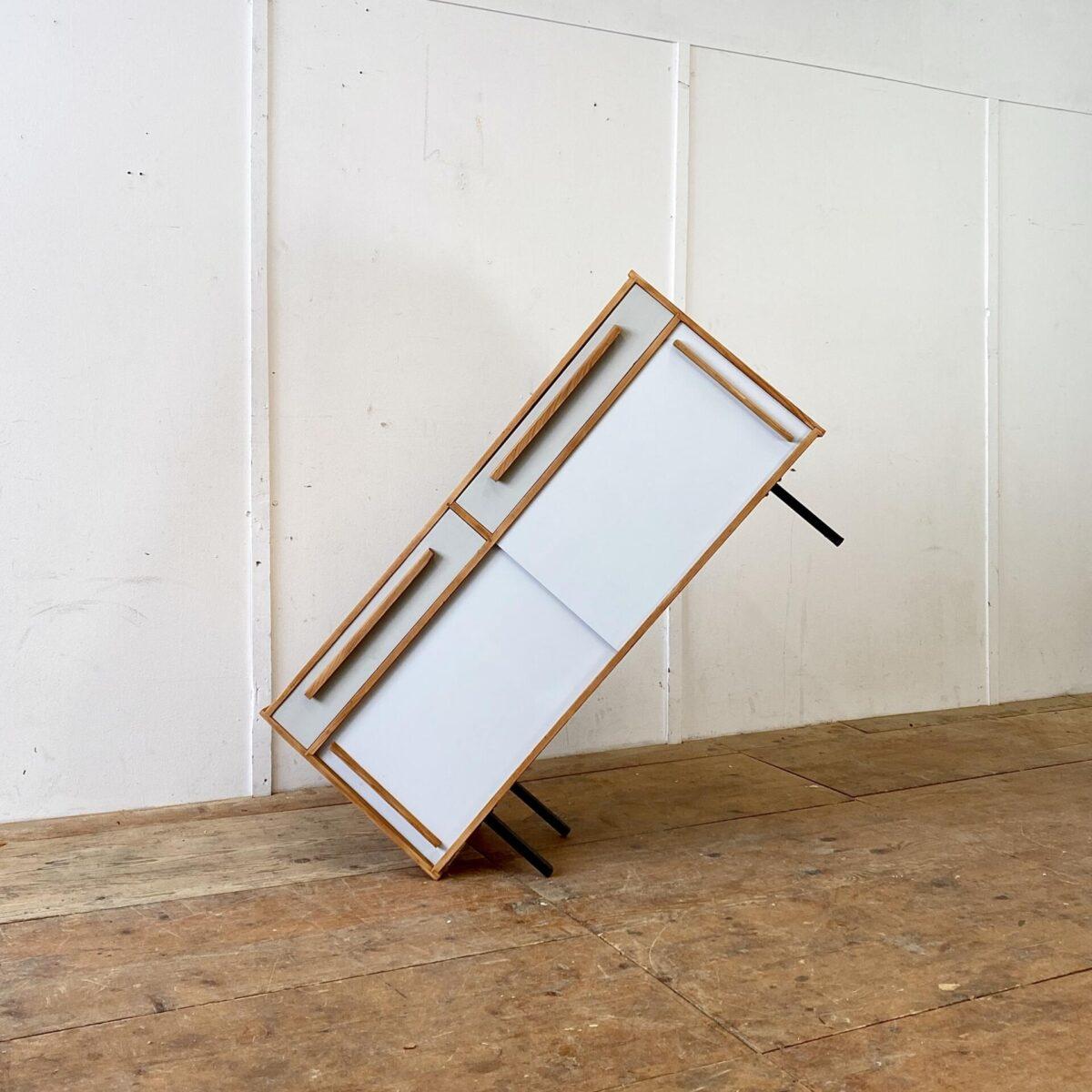Deuxieme.shop Helles Tannenholz Sideboard mit Schiebetüren und Schubladen. 120x40cm Höhe 67cm. Die Kommode steht auf schwarz lackierten Metallfüssen. Die Holzelemente sind geschliffen und geölt. Die Farbe der Schiebetüren sind leicht heller als die Schubladenfronten.