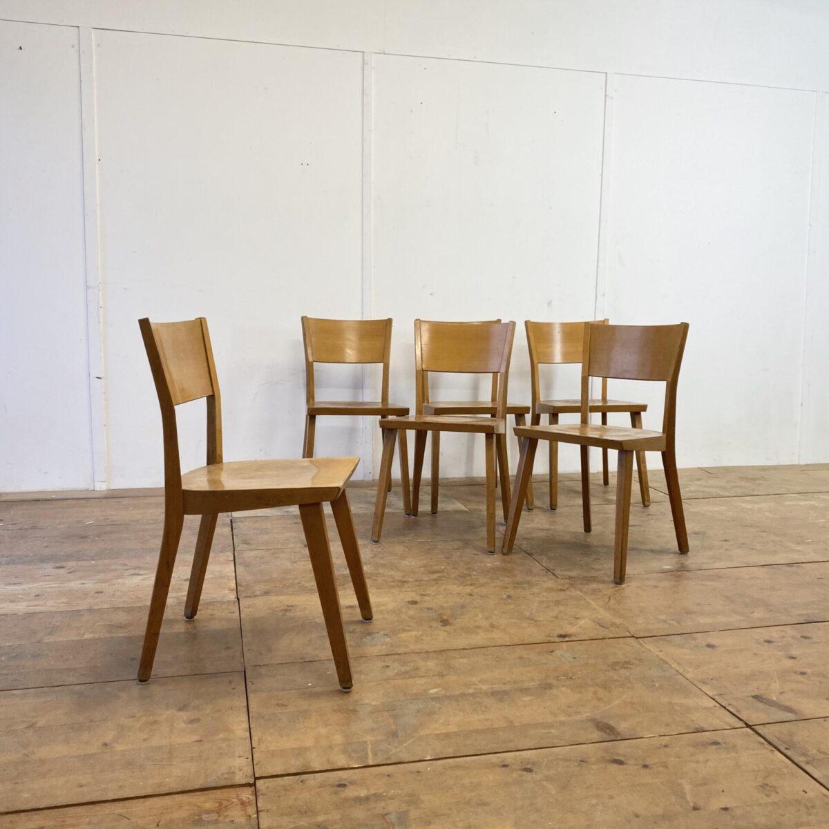 Deuxieme.shop 6er Set Beizenstühle. Diese Esszimmer Stühle mit Alterspatina, sind in stabilem guten Vintage Zustand. Mir gefallen die geradlinigen, kantigen Formen.