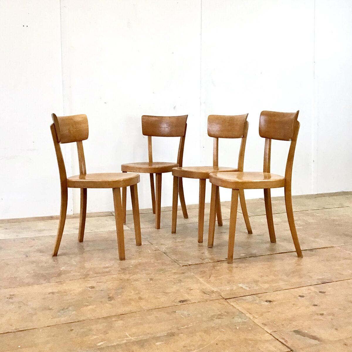 Deuxieme.shop Klassische bequeme Esszimmer Stühle. 30 horgenglarus Beizenstühle. Preis pro Stuhl. Die Stühle sind in gebrauchtem Zustand. Diverse Hicke Schrammen Lack abplatzer, technisch jedoch in stabilem Zustand.
