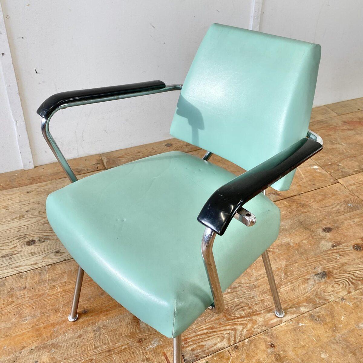 Alter Coiffeur Stuhl mit Armlehnen. Metall Gestell verchromt, Sitzfläche und Lehne aus Leder. Die Armlehnen sind aus schwarzem Kunststoff. Der Armlehnstuhl hat eine normale Esszimmer Sitzhöhe. Eignet sich von der Optik aber auch als Sessel im Wohnzimmer. Gebrauchter Vintage Zustand gemäss Bildern, keine Defekte wie Löcher oder Risse.