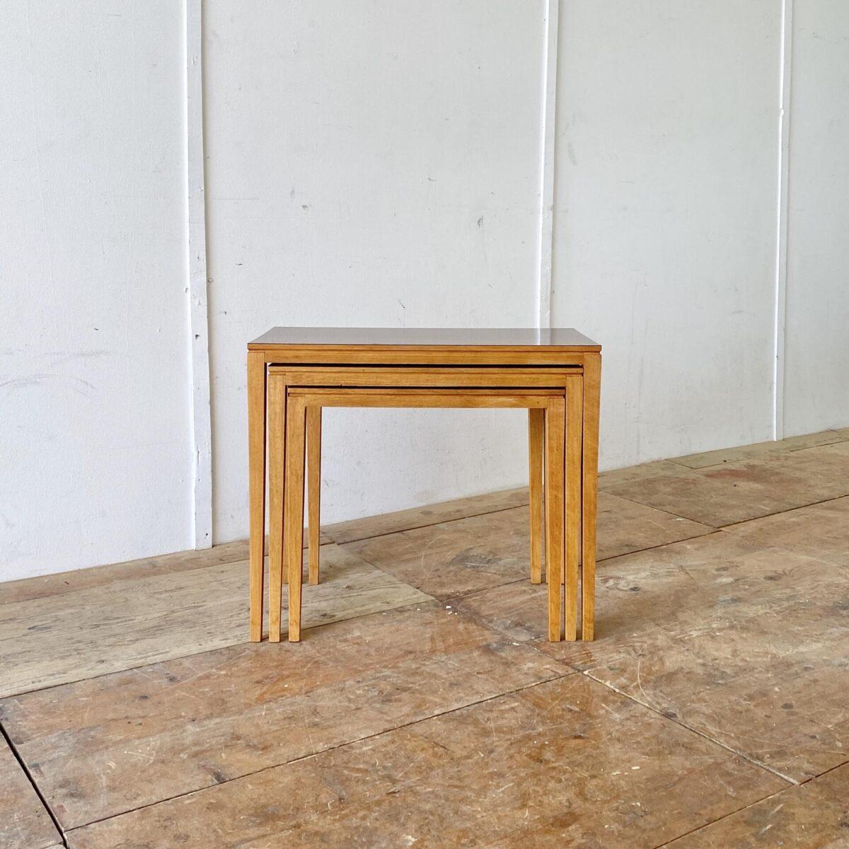 Deuxieme.shop vintage Feingliedrige Satztische. 75x40cm Höhe 63.5cm. Die wasserfeste Kunstharz Oberfläche bietet die ideale Grundlage für Pflanzentöpfe. Aber auch passend als Salontisch, Beistelltisch oder Nachttisch.