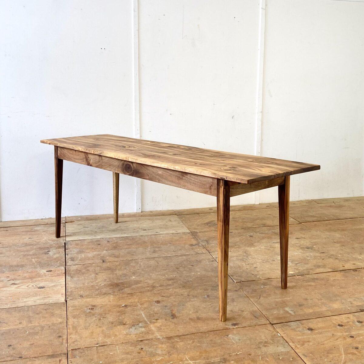 Deuxieme.shop Schmaler Nussbaumtisch 210x64cm Höhe 76cm. Dieses antike Tischblatt, mit lebhafter Holzmaserung, kam ohne Unterbau zu uns. Mit passendem alten Nussbaumholz haben wir den Unterbau dazu geschreinert. Das elegante schmal-längliche Format der Tischplatte, wollten wir mit dem feingliedrigen geradlinigen Unterbau Unterstreichen. Das Tischblatt ist mittels Holzzapfen mit dem Unterbau verbunden. Die Holzoberflächen sind mit Naturöl behandelt.