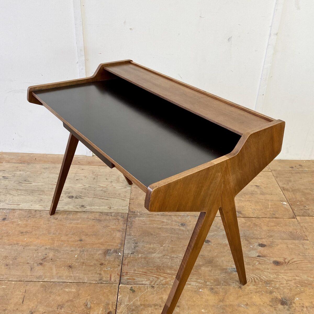 Vintage Nussbaum Schreibtisch. 105x60cm Tischhöhe 75cm. Die Tischfläche und die Schubladen Front ist mit schwarzem Kunstharz (Kelko) Beschichtet. Diverse Furnier Ausbrüche frisch eingesetzt.