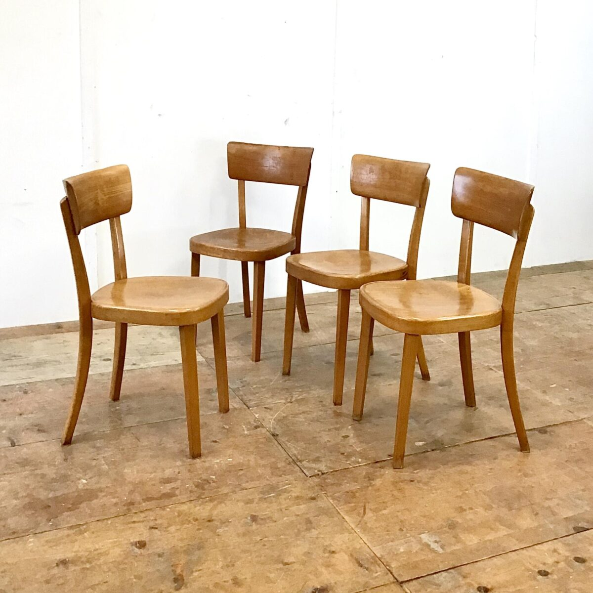 Klassische bequeme Esszimmer Stühle. 30 horgenglarus Beizenstühle. Preis pro Stuhl. Die Stühle sind in gebrauchtem Zustand. Diverse Hicke Schrammen Lack abplatzer, technisch jedoch in stabilem Zustand.