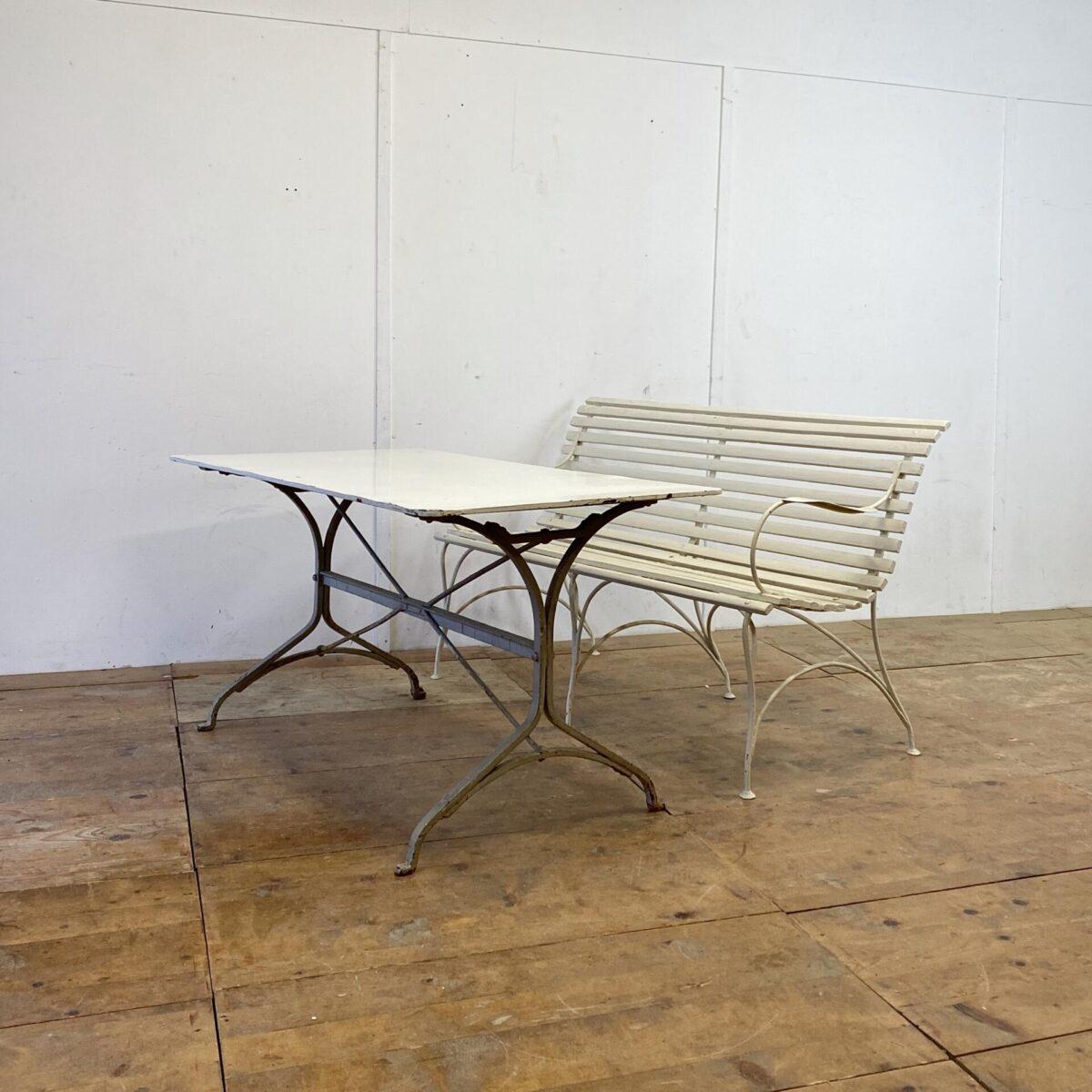Antiker Jugendstil Gartentisch. 140x75cm Höhe 73cm. Der Tisch ist in gesundem Zustand keine Durchrostung. Relativ da schwer da das Tischblatt etwas dicker ist als bei vergleichbaren Tischen aus der Zeit.