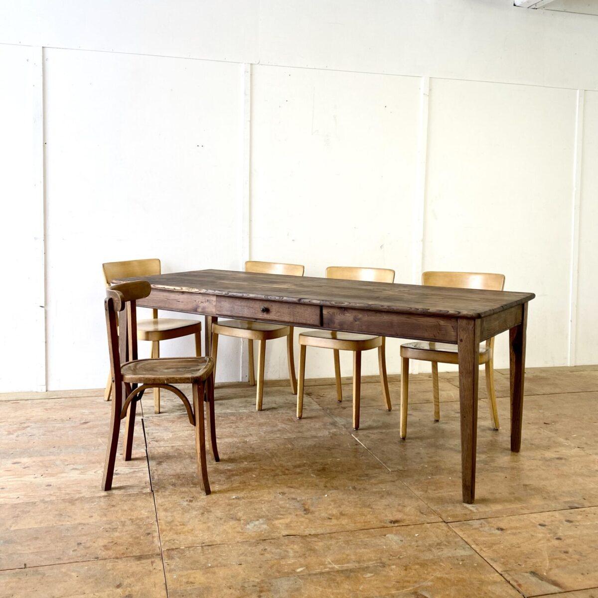 Alter Biedermeiertisch aus Eichenholz. 199x81.5cm Höhe 74.5cm. Dieser Esstisch hat eine dunkle Alterspatina, diverse Risse leicht offene Fugen, aber alles in stabilem Zustand. Der Tisch bietet angenehm Platz für 8 Personen, etwas näher zusammen gerückt passen auch 10 Stühle an den Tisch. Holzoberflächen geölt.