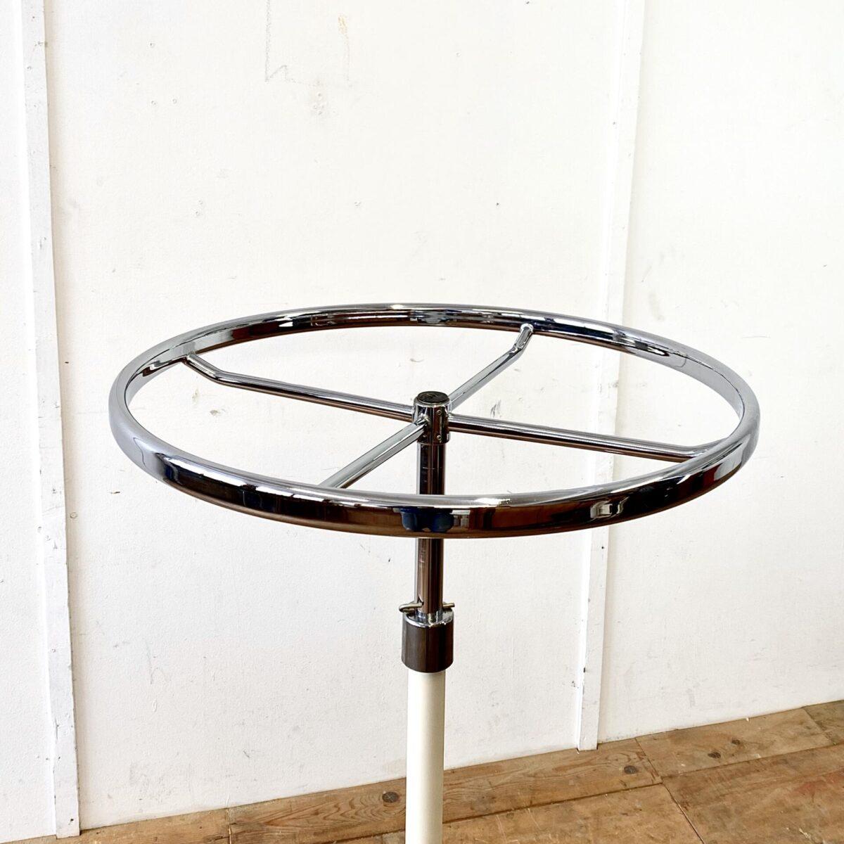 Runder Metall Garderobenständer auf Rollen. Durchmesser 74cm höhenverstellbar von 114-164cm. Mit einem zusätzlichen Bohrloch 170cm möglich. Der Ring fürdie Kleiderbügel ist verchromt, der untere Teil creme farbig lackiert. Die Rollen laufen gut.