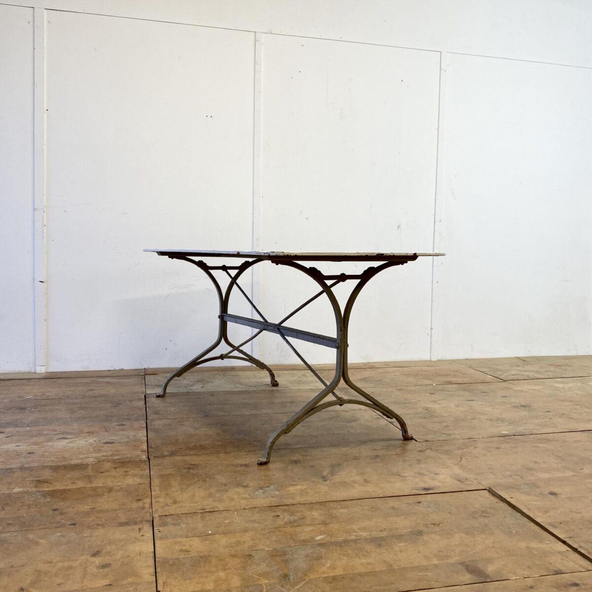 Deuxieme.shop Beizentisch Biergartentisch. Antiker Jugendstil Gartentisch. 140x75cm Höhe 73cm. Der Tisch ist in gesundem Zustand keine Durchrostung. Relativ da schwer da das Tischblatt etwas dicker ist als bei vergleichbaren Tischen aus der Zeit.